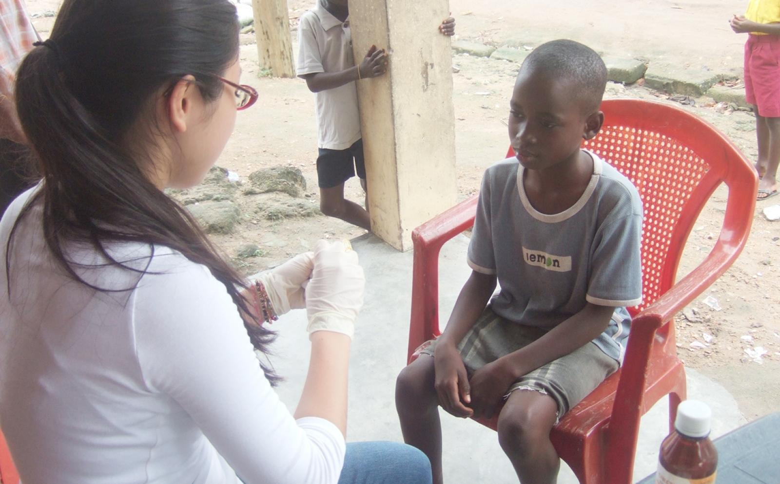 ガーナの子供への基礎ヘルスケア提供をサポートする高校生医療ボランティア
